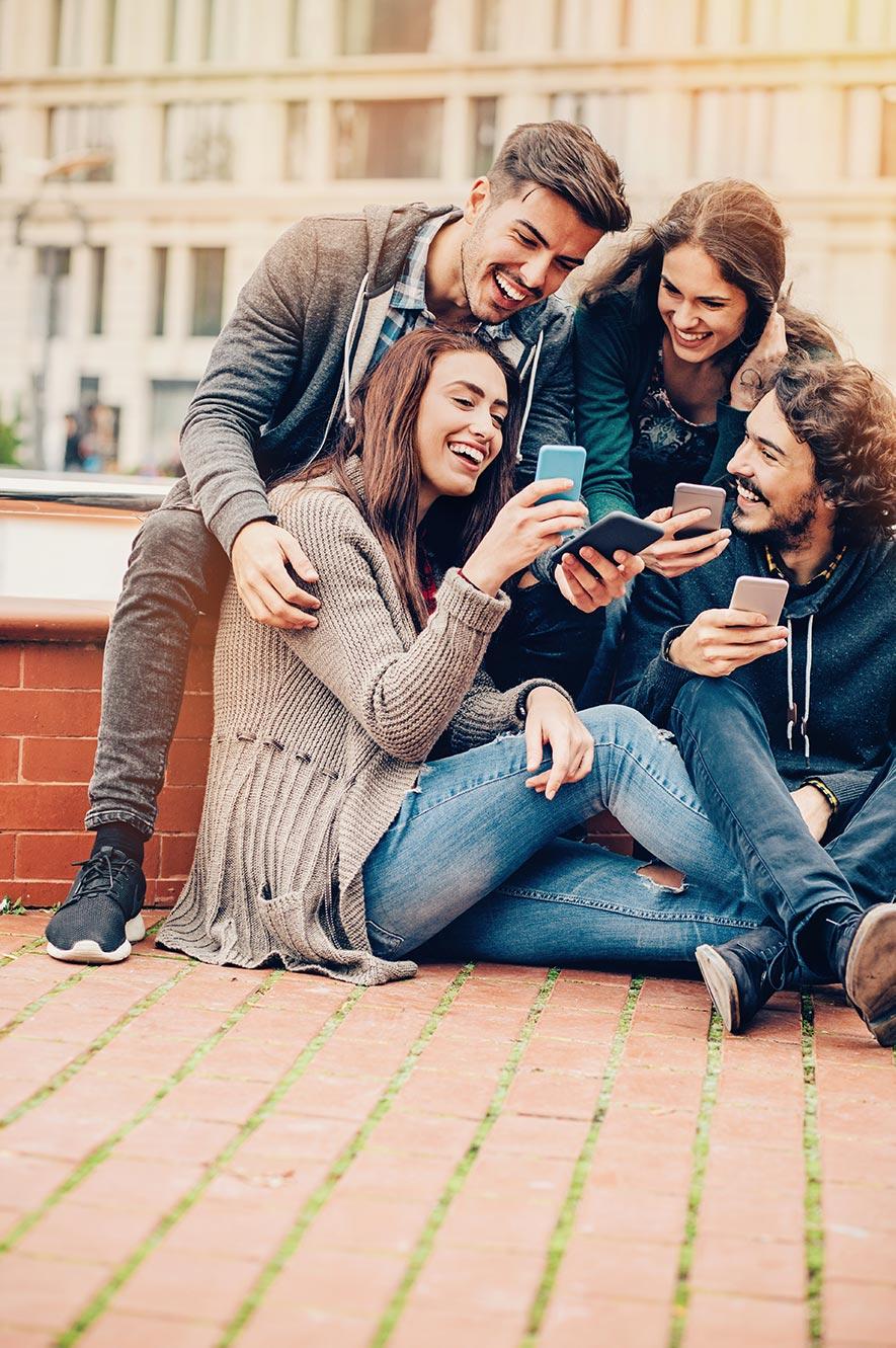 Groupe de jeunes qui utilisent l'application VeraCash